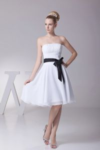 Simple White Knee-length Ruche 15 Dresses for Damas Chiffon with Sash